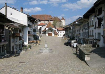 Excursion Gruyères. Visitez la ville médiéval, le château, ses ruelles. Découvrez comment le fameux fromage est fabriqué, puis visitez et déguster les chocolats de la Maison Cailler.
